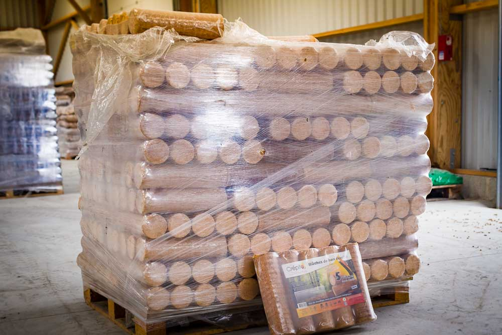 Bûches de bois densifiées en palette